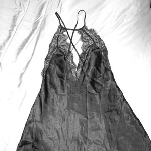 Silk black nigh gown / linge l.   Z is qqqqq